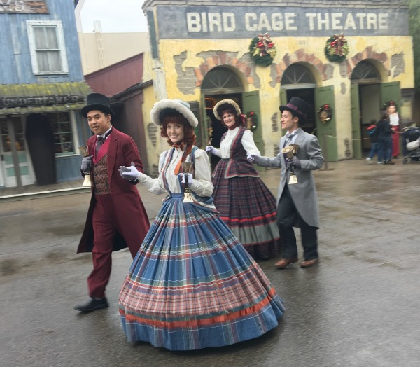 knotts-merry-farm-carolers