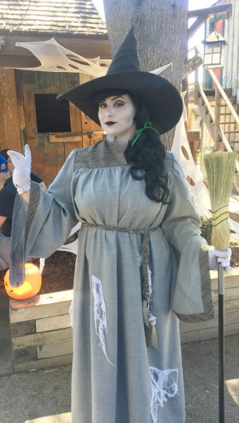 knotts-spooky-farm-witch